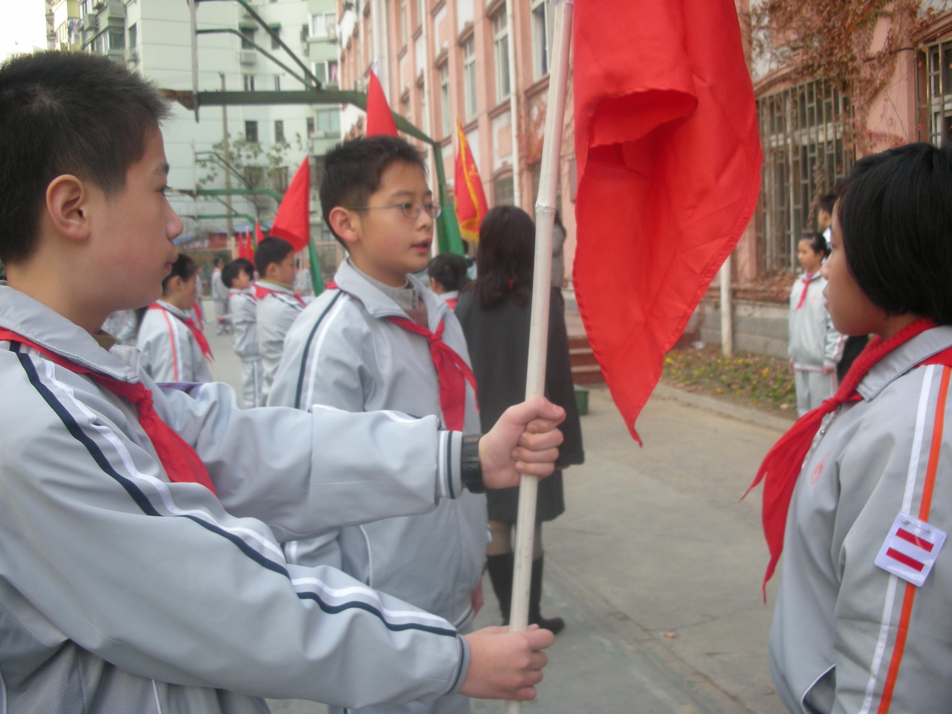 高中生升旗仪式看书